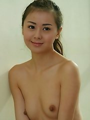 Very Cute Chinese babe posing in nude